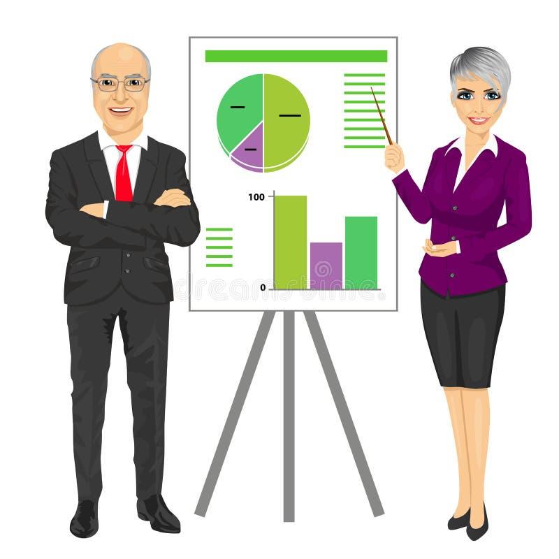 Homem de negócio superior com os braços dobrados e a jovem mulher que faz a apresentação com gráficos a bordo ilustração royalty free