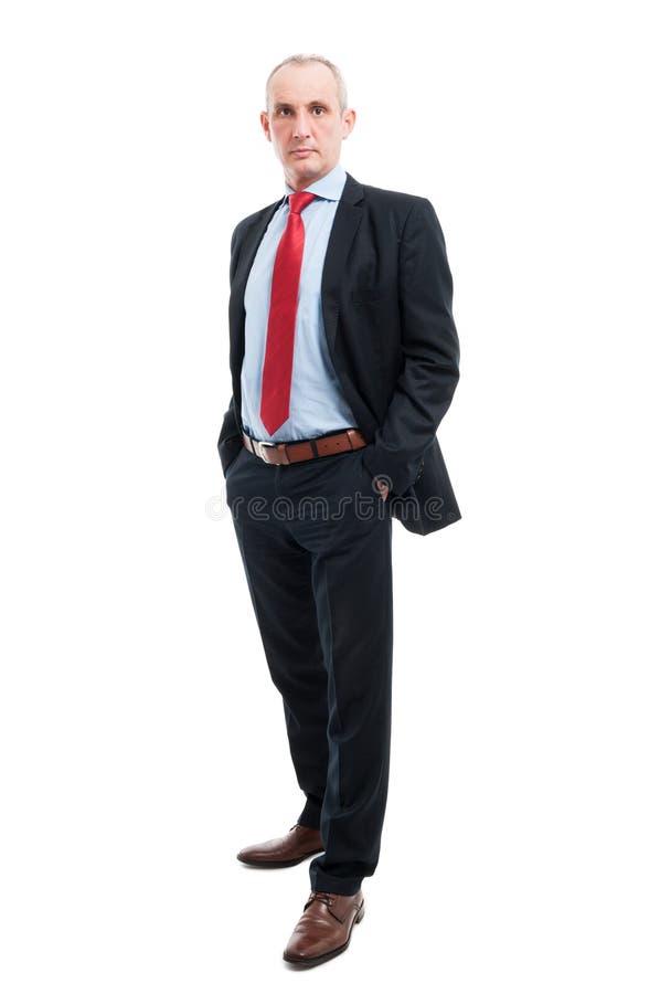 Homem de negócio superior do corpo completo que levanta com mãos em uns bolsos foto de stock royalty free