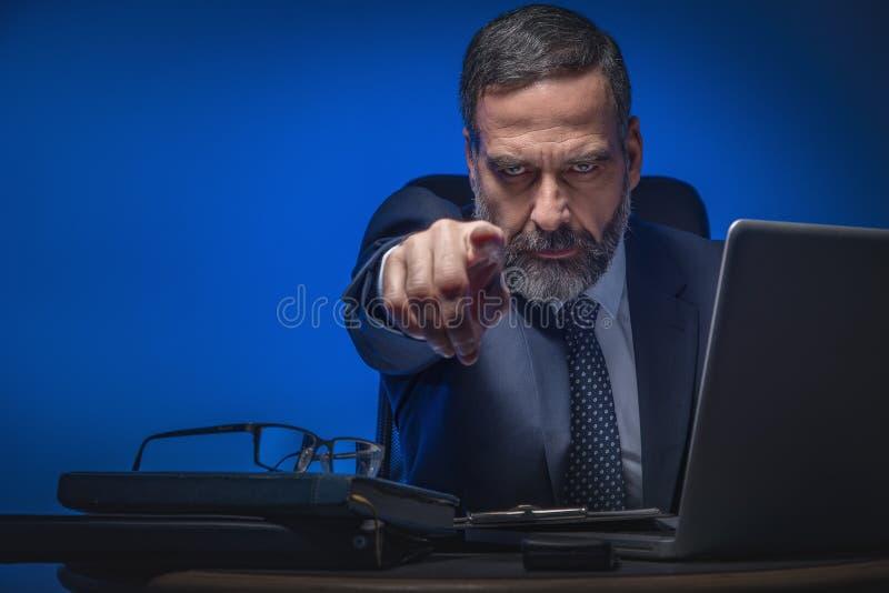 Homem de negócio superior mau que aponta o dedo imagem de stock royalty free