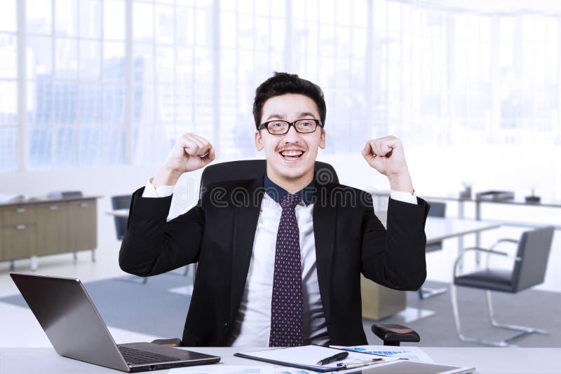Homem de negócios árabe novo com portátil e documento imagens de stock