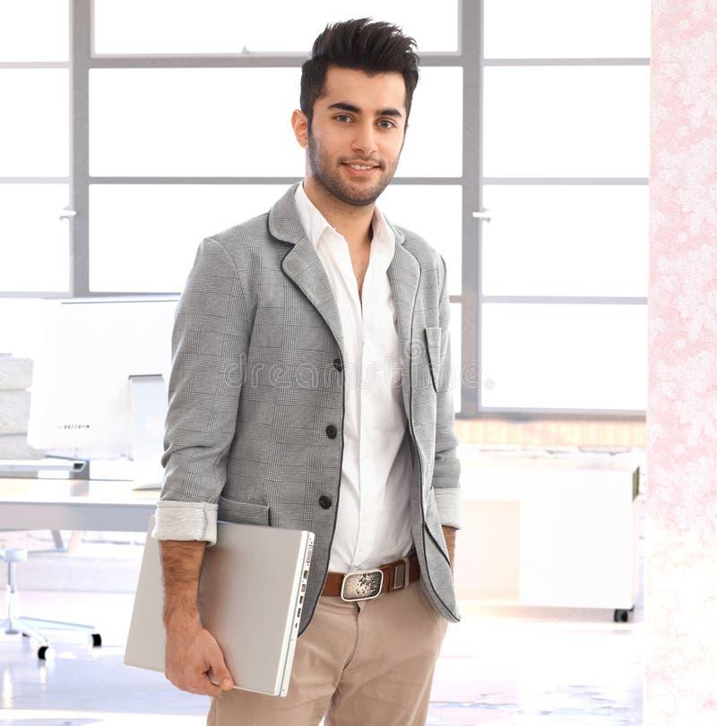 Homem de negócios árabe novo moderno no escritório fotos de stock royalty free