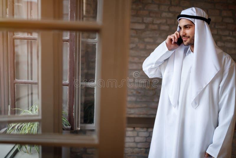 Homem de negócios árabe que fala no telefone fotografia de stock royalty free