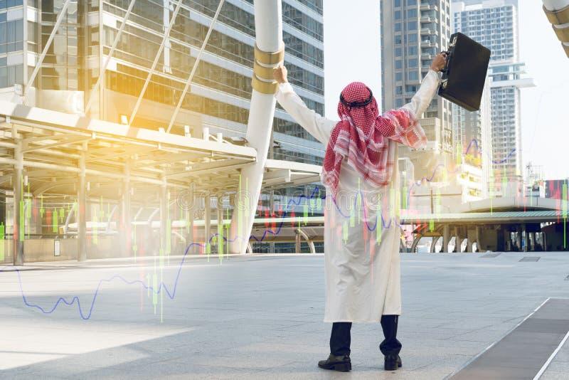 Homem de negócios árabe que mantém o saco bem sucedido fotos de stock