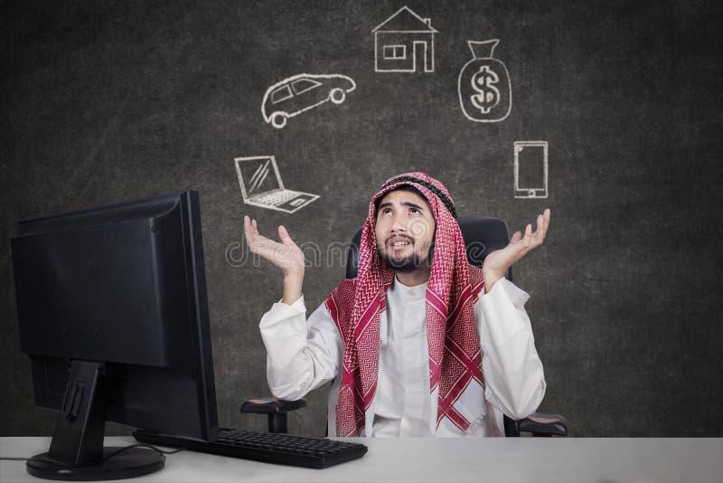 Homem de negócios árabe que pensa seus sonhos fotografia de stock royalty free