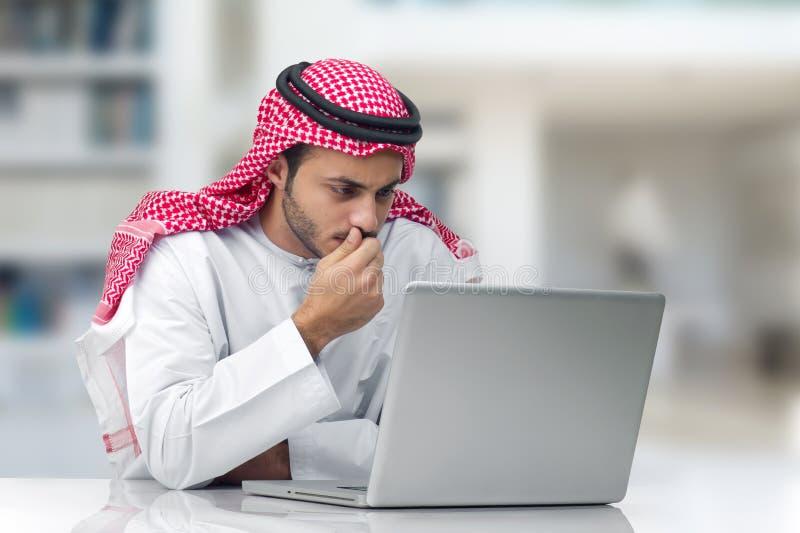 Homem de negócios árabe que trabalha em seu escritório fotos de stock