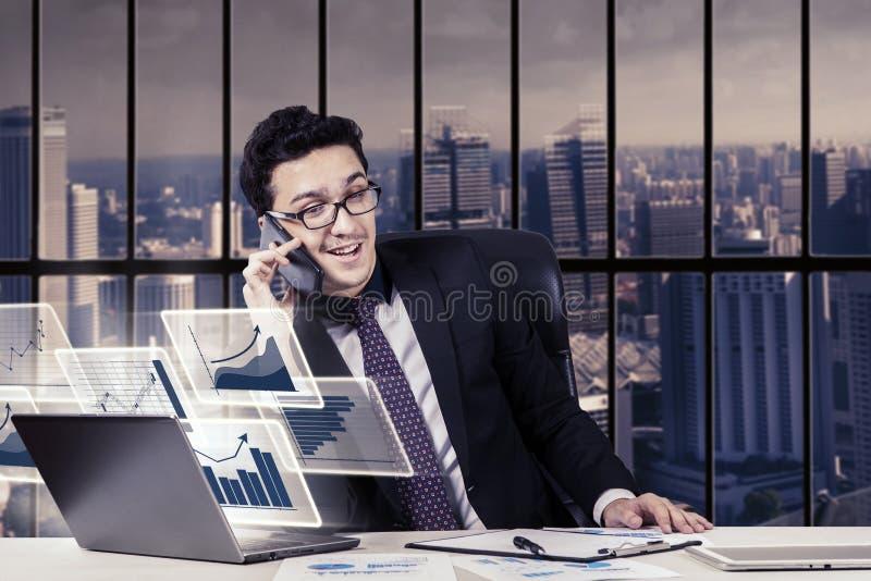 Homem de negócios árabe que usa o telefone celular imagem de stock royalty free