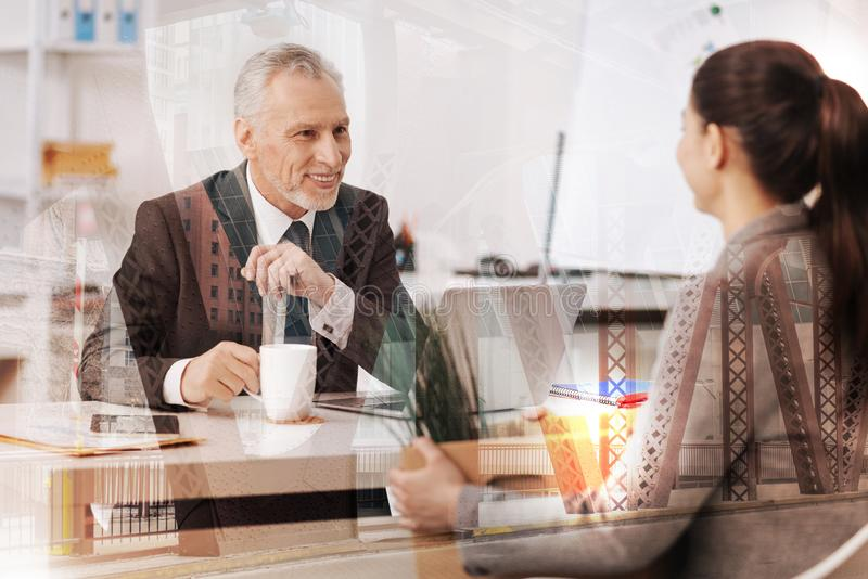 Homem de negócios adulto alegre que fala com seu colega fêmea fotos de stock