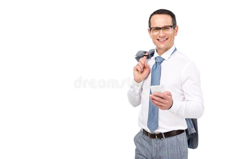 homem de negócios adulto considerável que usa o smartphone foto de stock