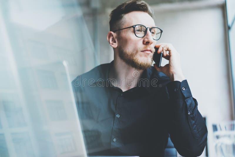 Homem de negócios adulto farpado da foto que trabalha no café urbano moderno Cidade do centro do lugar do moderno Homem que veste fotos de stock