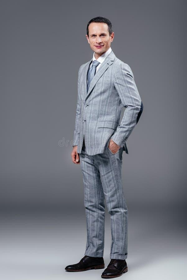 homem de negócios adulto no terno à moda que olha a câmera fotografia de stock