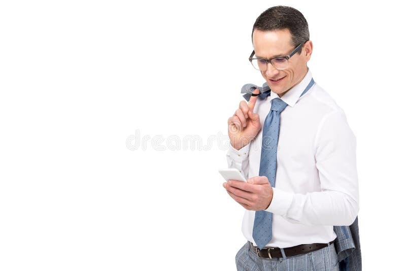 homem de negócios adulto de sorriso que usa o smartphone fotos de stock