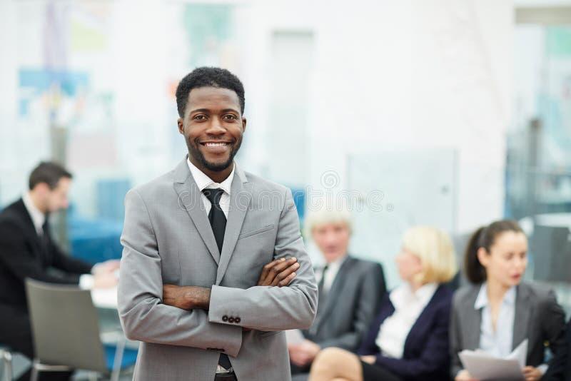 Homem de negócios africano bem sucedido foto de stock