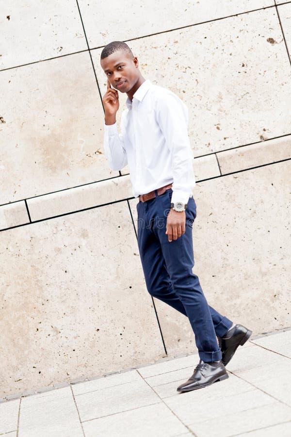 Homem de negócios africano do successfil novo com telefone celular fotos de stock royalty free