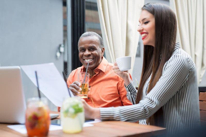 Homem de negócios africano feliz em um café fotografia de stock royalty free