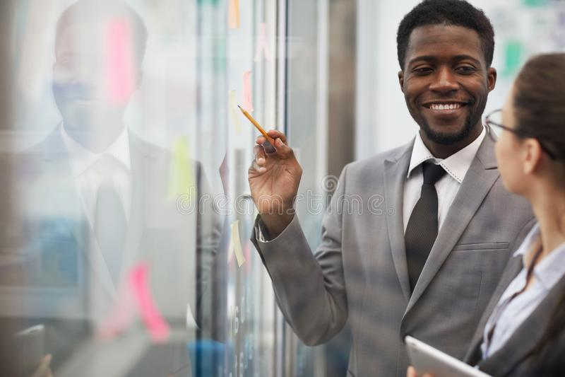 Homem de negócios africano Planning Project fotografia de stock