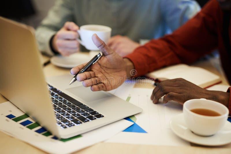 Homem de negócios africano Pointing na tela fotografia de stock