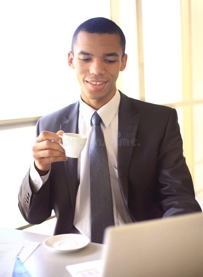 Homem de negócios africano que tem a ruptura de café fotos de stock