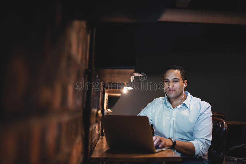 Homem de negócios africano que trabalha fora do tempo estipulado no escritório imagens de stock royalty free