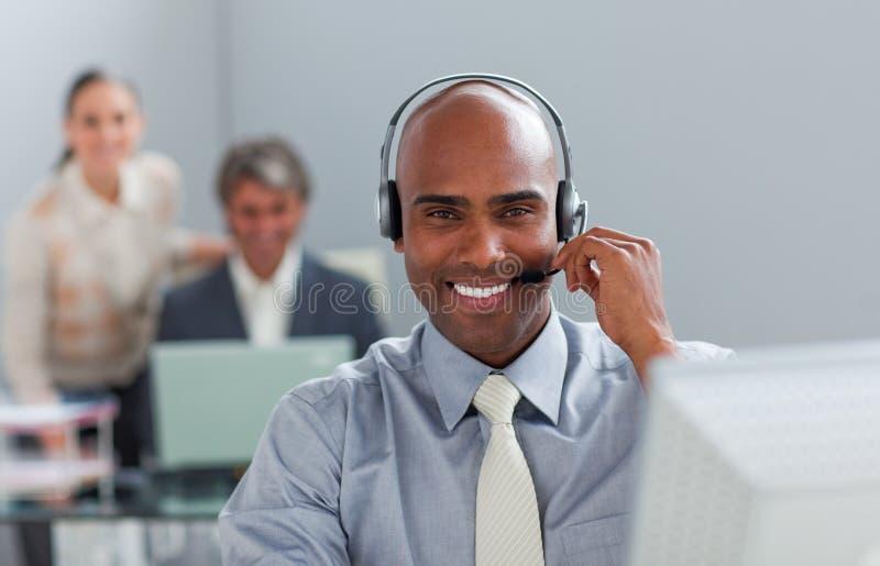 Homem de negócios afro-americano com auriculares imagens de stock royalty free