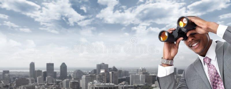 Homem de negócios afro-americano com binóculos fotografia de stock