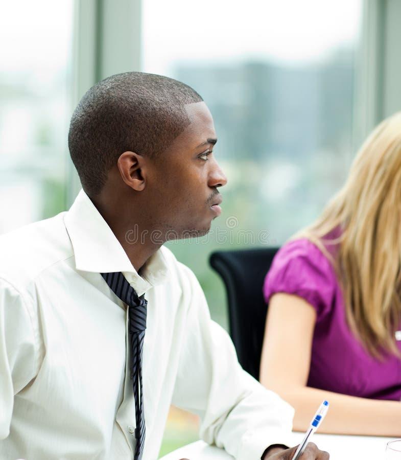 Homem de negócios afro-americano em uma reunião foto de stock royalty free