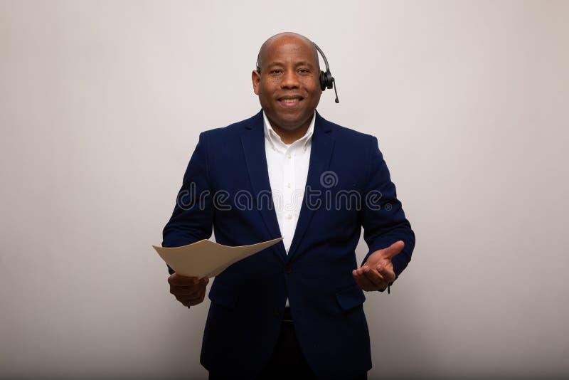 Homem de negócios afro-americano feliz Holds File imagem de stock