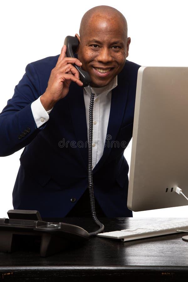 Homem de negócios afro-americano feliz Listens On Phone fotos de stock royalty free