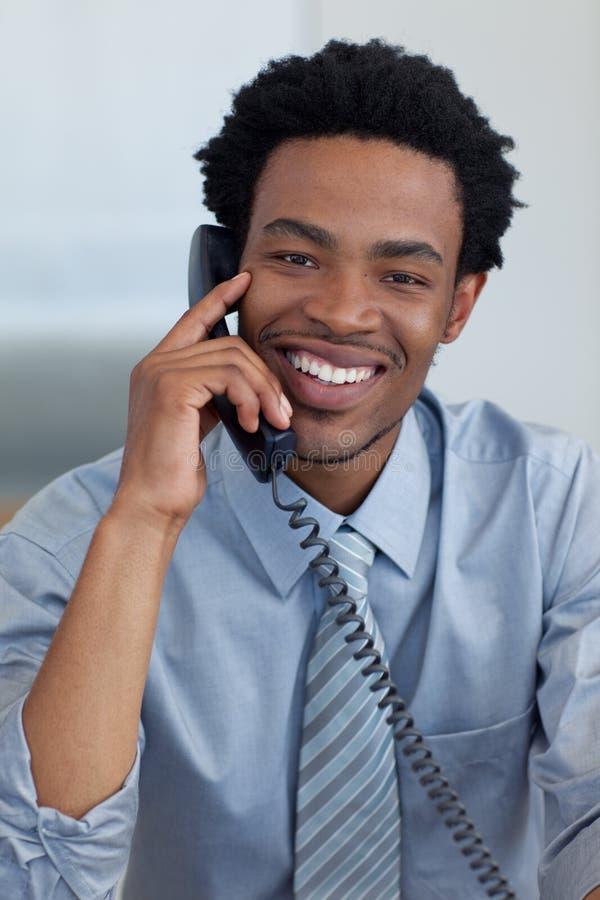 Homem de negócios afro-americano no telefone foto de stock
