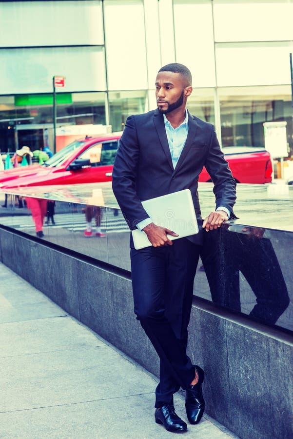Homem de negócios afro-americano novo com barba, cabelo curto afro, viajando em New York fotografia de stock royalty free