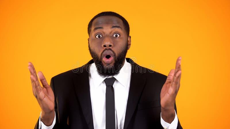 Homem de neg?cios afro-americano oprimido que olha ? c?mera, campanha do promo foto de stock royalty free
