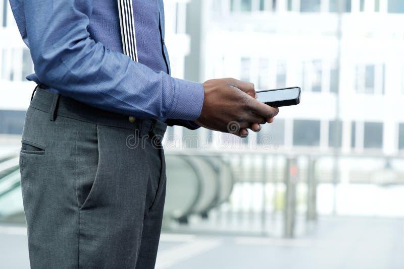 Homem de negócios afro-americano que usa o telefone celular fotos de stock