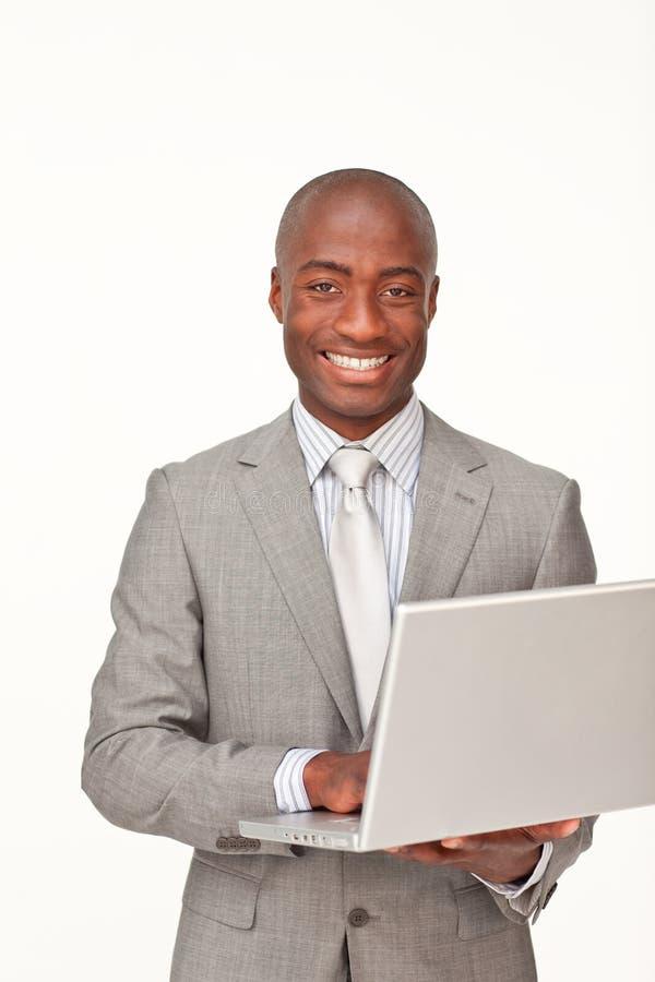Homem de negócios afro-americano que usa um portátil imagens de stock