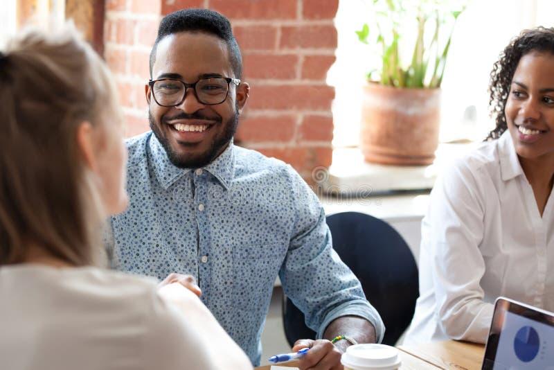Homem de negócios afro-americano de sorriso na reunião de empresa imagens de stock royalty free