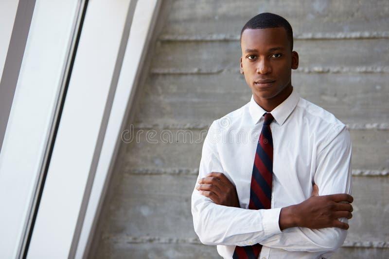 Homem de negócios afro-americano Standing Against Wall imagens de stock royalty free