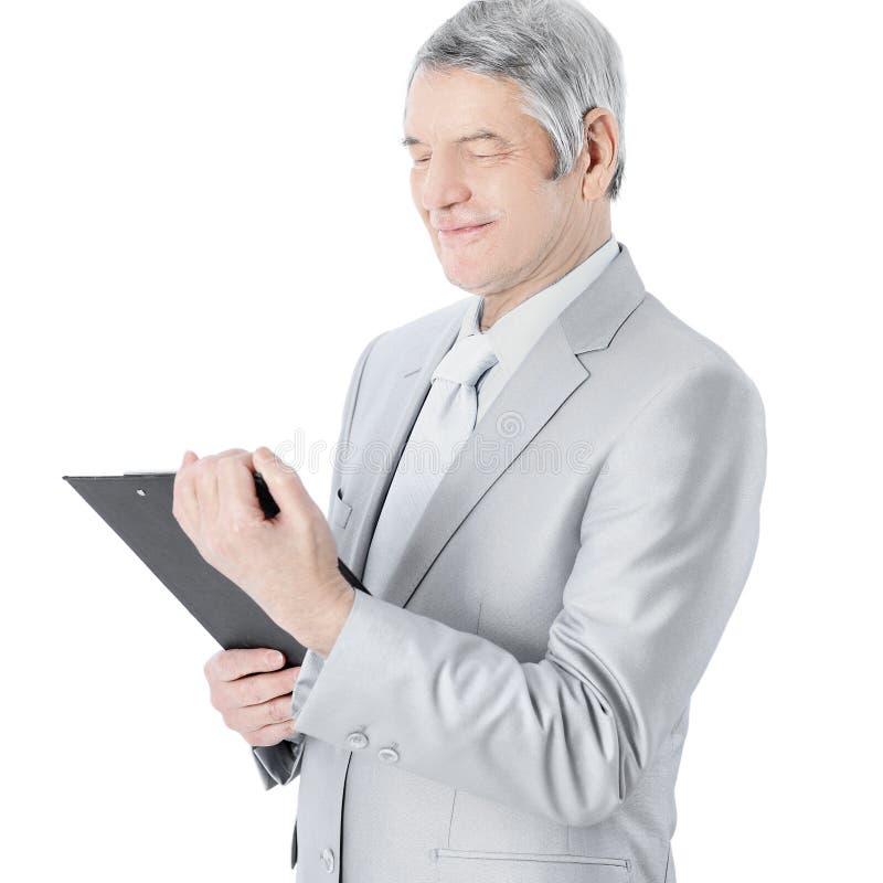 Homem de negócios agradável na idade, estudando o plano de trabalho Isolado em um fundo branco imagens de stock