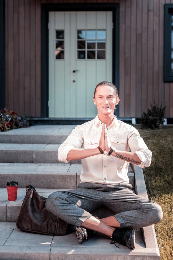 Homem de negócios alegre ocupado que medita fora de ter alguma hora livre imagem de stock royalty free