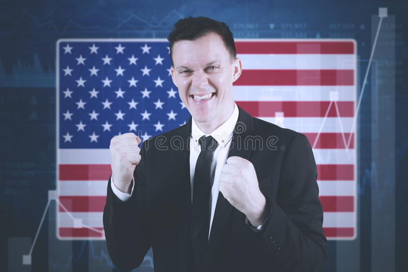 Homem de negócios americano com gráfico financeiro do crescimento imagens de stock royalty free