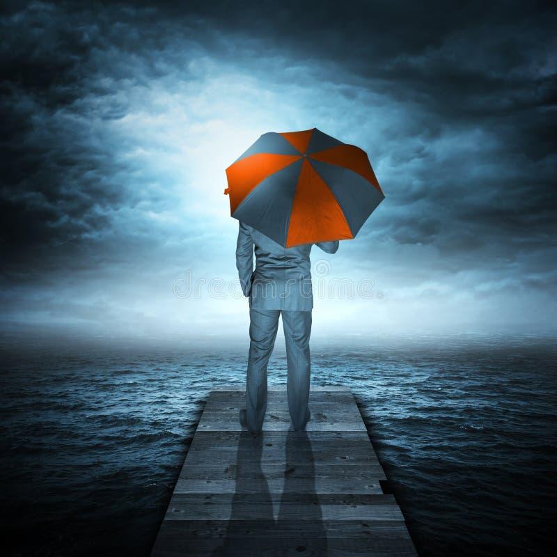 Homem de negócios & tempestade no mar