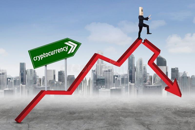 Homem de negócios anônimo com palavra do cryptocurrency imagens de stock