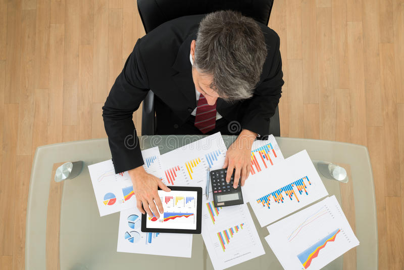 Homem de negócios Analyzing Graph imagem de stock royalty free