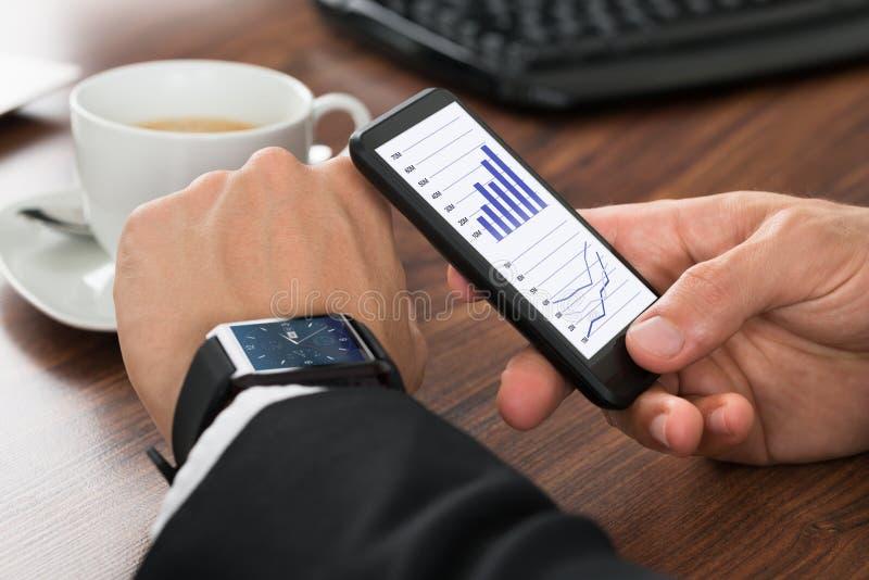 Homem de negócios Analyzing Graph fotografia de stock royalty free