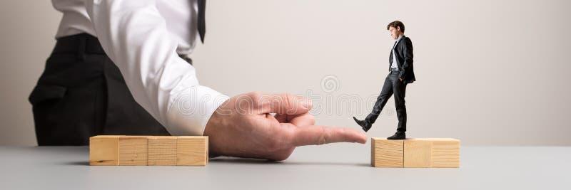 Homem de negócios a andar transversalmente em uma imagem conceptual imagem de stock