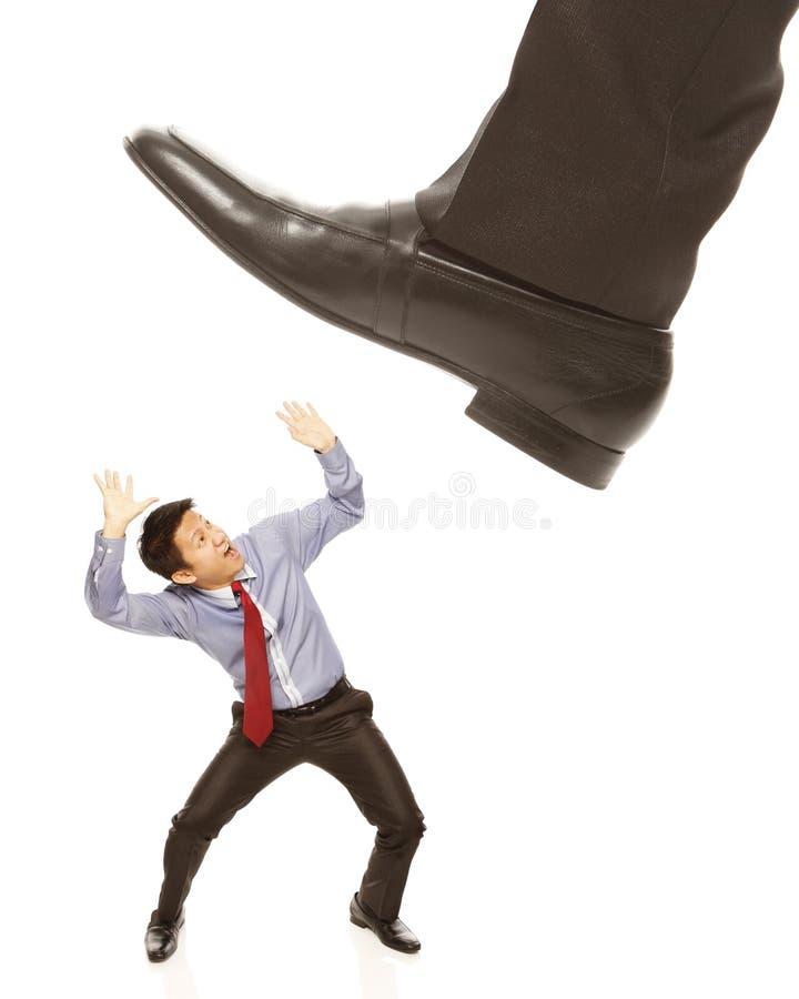Homem de negócios aproximadamente a ser esmagado fotografia de stock
