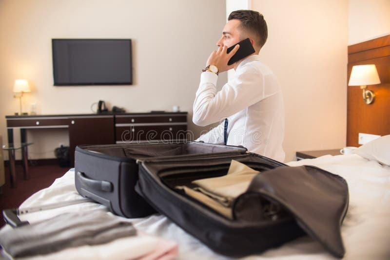 Homem de negócios Arriving ao hotel imagem de stock royalty free