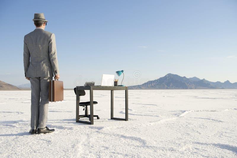 Homem de negócios Arriving na mesa de escritório móvel fora imagem de stock royalty free