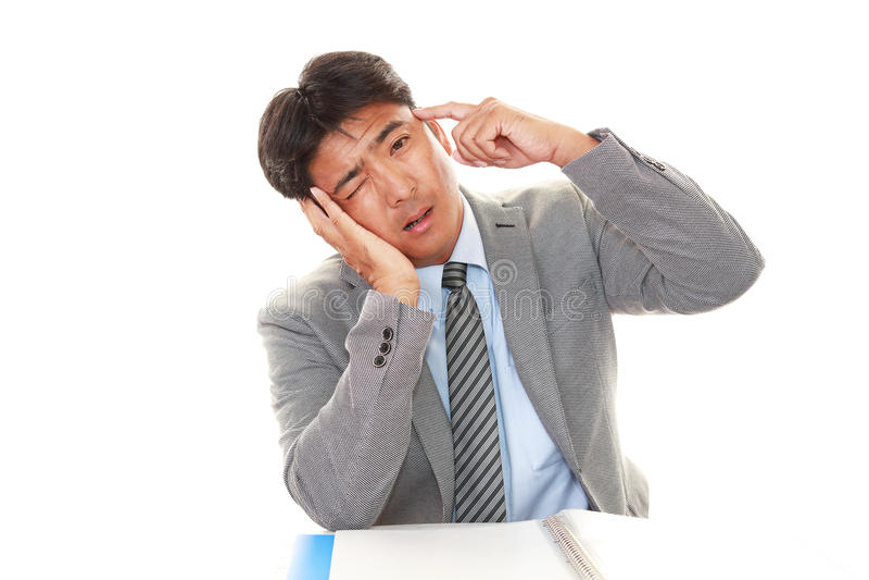 Homem de negócios asiático cansado e forçado imagens de stock royalty free