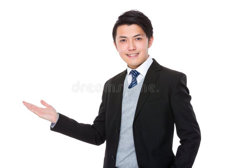 Homem de negócios asiático com a mão que mostra o sinal vazio foto de stock royalty free