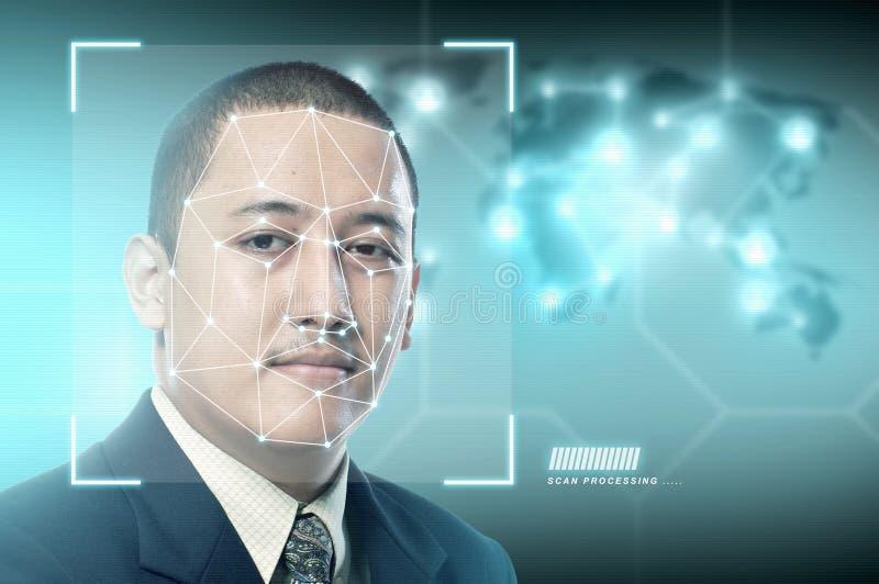 Homem de negócios asiático considerável que usa o reconhecimento de cara imagem de stock