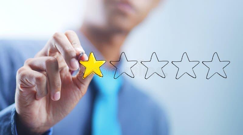 Homem de negócios asiático Drawing 1 de 5 estrelas Conceito mau da revisão imagens de stock royalty free