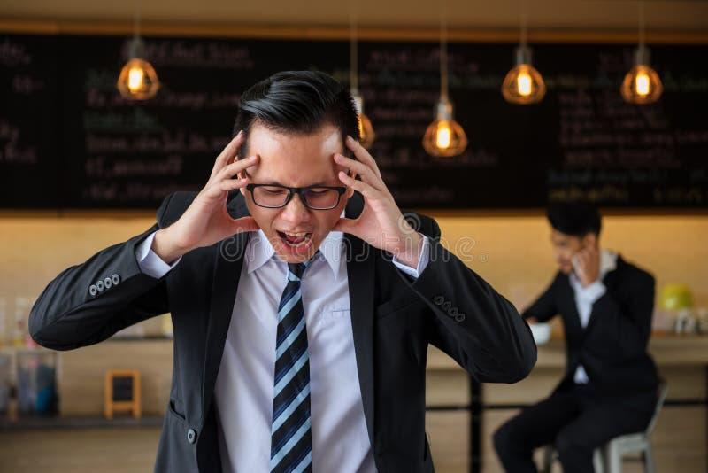 Homem de negócios asiático irritado e do esforço que grita fotos de stock royalty free